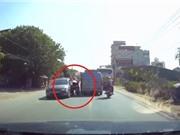 Clip: Vượt ẩu, người phụ nữ thoát chết thần kỳ giữa 2 ôtô