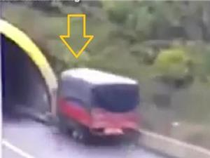 Clip: Tài xế mơ ngủ, xe tải đâm thẳng vào hầm đường bộ vỡ tan tành