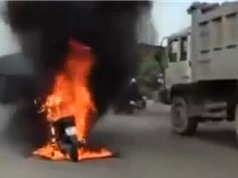 Clip: Đang lưu thông trên đường, xe máy bỗng dưng bốc cháy tại Bình Dương