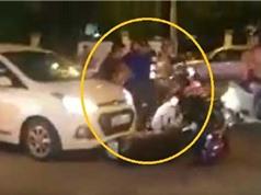 CLIP HOT NGÀY 25/8: Cô gái gây tai nạn liên hoàn, trâu rừng húc sư tử ngửa bụng