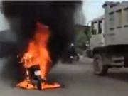 CLIP HOT NGÀY 26/8: Xe máy bốc cháy kinh hoàng ở Bình Dương, trâu rừng húc thủng ngực sư tử