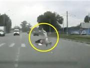 Clip: Đang qua đường, người phụ nữ bị môtô tông cực mạnh