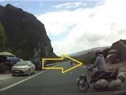Clip: Qua đường ẩu, người phụ nữ suýt bị xe ôtô tông phải