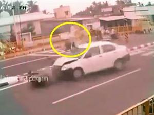 Clip: Người phụ nữ bị tông nhào lộn trên không