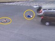 Clip: Hai em bé ngã văng ra khỏi ôtô sau tai nạn