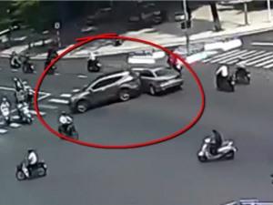 Clip: SUV tông vào dải phân cách, lùi xe gây tai nạn rồi bỏ chạy tại Đà Nẵng