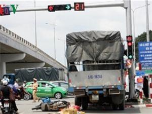 Xe tải tông 2 xe máy chờ đèn đỏ ở Đồng Nai, phẫn nộ cảnh đạp vào mặt phụ nữ sau tai nạn