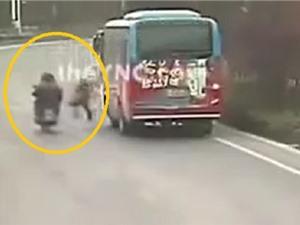 Clip: Qua đường không quan sát, người phụ nữ bị xe máy tông bất tỉnh
