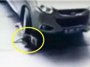 Clip: Bị ôtô cán qua đầu, bé gái vẫn đi lại bình thường