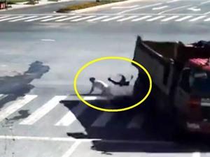Clip: Tai nạn xe máy, cậu bé thoát chết trong gang tấc