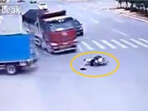 Clip: Liên tục bị xe tải cán nhưng vẫn may mắn thoát chết