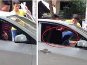Clip: Người đàn ông đạp liên tiếp vào mặt nữ tài xế ở Hà Nội