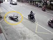 Clip: Xe máy tông ôtô, nam thanh niên trượt dài tại Quảng Ninh