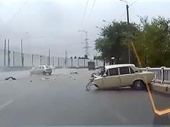 Clip: Va chạm trên đường, 2 xe hơi nát bét phần đầu