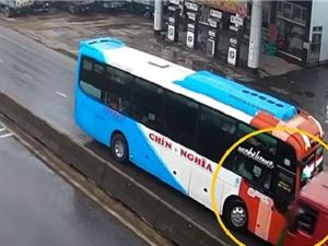 Clip: Xe khách chạy ngược chiều, đấu đầu xe tải tại Quảng Ngãi