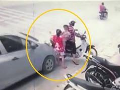 Clip: Ôtô tông 3 mẹ con đang ngồi trên xe máy