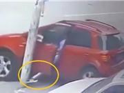 Clip: Người phụ nữ bị thương nặng vì dùng chân cản ôtô bị trôi