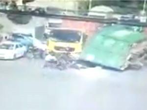 Clip: Xe container bị lật, loạt người may mắn thoát chết