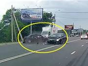 Clip: Tài xế quay đầu ngớ ngẩn gây tai nạn nghiêm trọng