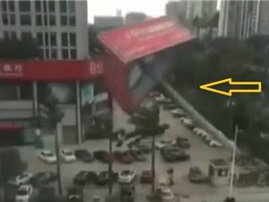 Clip: Cột biển quảng cáo khổng lồ đổ đè nát hàng loạt ôtô