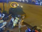 Clip: Người đàn ông đi Vespa bỗng dưng ngã gục, bất tỉnh nhân sự