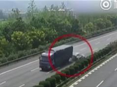 """Clip: Xe container phanh """"cháy lốp"""" tránh bé gái rơi khỏi ôtô"""