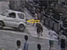 Clip: Nhầm chân phanh với chân ga, nữ tài xế lùi ôtô rơi xuống sông