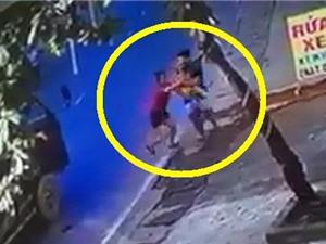Clip: Chui gầm xe tải, bé trai vẫn may mắn thoát nạn