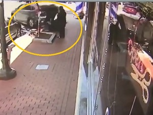Clip: Honda CR-V cuốn 2 người đi bộ vào gầm xe