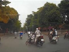 Clip: Vượt đèn đỏ, xe đạp điện bị xe máy tông tại Hà Nội
