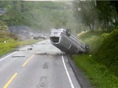 Clip: Ôtô lăn lộn nhiều vòng sau tai nạn và cái kết may mắn