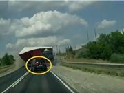 Clip: Xe container lật giữa đường, ôtô thoát nạn khó tin