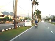 Clip: Gặp tai nạn ngớ ngẩn vì lái xe thiếu tập trung