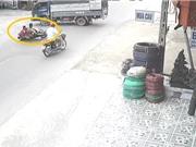 Clip: Phóng xe tốc độ cao, 2 thanh niên nằm gọn dưới bánh xe tải