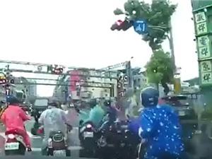 Clip: Nữ tài xế điều khiển chiếc SUV gây tai nạn liên hoàn tại Đài Loan