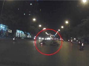 Clip: Hai thanh niên chạy xe tốc độ cao gây tai nạn tại Hà Nội