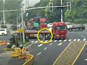 Clip: Chui gầm xe container, người phụ nữ thoát chết ngoạn mục