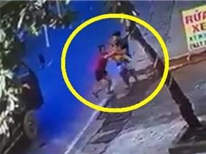 Bé trai thoát nạn sau khi chui gầm xe tải, Ford EcoSport hất văng cảnh sát rồi bỏ chạy