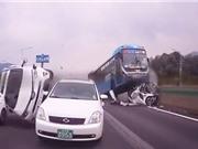 CLIP HOT NGÀY 11/9: Xe buýt gây tai nạn kinh hoàng, tê giác tấn công voi