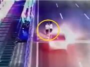 Clip: Mải dùng điện thoại, cô gái bị ôtô tông bay người