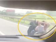 Clip: Nam thanh niên điều khiển xe máy bằng 2 chân lao vun vút trên cao tốc