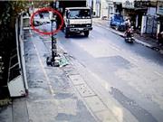 Clip: Xe tải ôm cua với tốc độ cao, cán chết người tại TPHCM