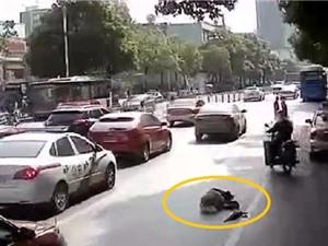Clip: Vô cảm nhìn ông cụ ngã giữa đường