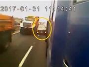 Clip: Vượt bất thành, ôtô bị 2 xe tải ép tóe lửa trên cao tốc
