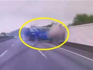 Clip: Tài xế mất lái, xe buýt gặp tai nạn thảm khốc