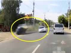 Clip: Va chạm với xe Mercedes, ôtô lăn lộn trên đường