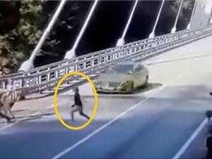 Clip: Nữ du khách bị Mercedes S400 húc bay lên trời
