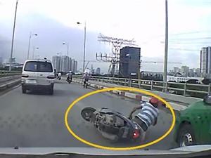 Clip: Vượt ẩu trên cầu, người đàn ông suýt bị cuốn vào gầm taxi