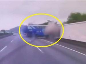 CLIP HOT NGÀY 18/9: Xe buýt gây tai nạn thảm khốc, hổ vồ đứt tay bảo vệ