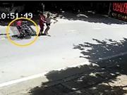 Clip: Xe máy tông gãy chân người qua đường tại Hà Giang